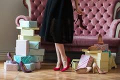 Geerntetes Bild junger Dame nahes Sofa stehend Stockfoto