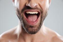 Geerntetes Bild von aufgeregtem bemannt halbes Gesicht mit nackten Schultern Stockfotografie