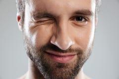 Geerntetes Bild von einem bärtigen bemannt das Gesichtsblinzeln lizenzfreies stockfoto