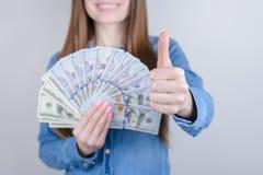 Geerntetes Nahaufnahmefotoporträt des schönen hübschen Positivs sie ihre Dame, die in der Hand das Geld gibt hält, Finger bildend stockfotografie
