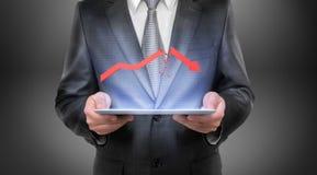 Geerntetes Porträt eines Geschäftsmannes, der Tablette mit defektem Pfeil über ihm hält Lizenzfreie Stockfotografie