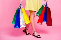 Geerntetes Porträt von Frau ` s dünnen sexy Beinen, die von Einkaufsh gehen Stockbild