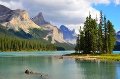 Geesteiland, Maligne-Meer, Rocky Mountains, Canada stock fotografie
