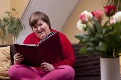 Geestelijk - gehandicapte vrouw die een boek lezen Stock Afbeeldingen