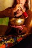 Geestelijk die meisje in meditatieve geluiden van tibetian kom wordt ondergedompeld royalty-vrije stock afbeeldingen