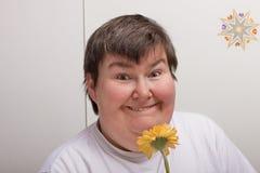 Geestelijk - gehandicapte vrouw met bloem Royalty-vrije Stock Afbeeldingen