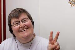 Geestelijk - gehandicapte vrouw met oortelefoon Royalty-vrije Stock Afbeelding