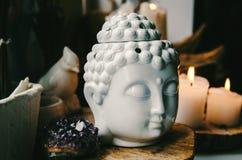 Geestelijk ritueel meditatiegezicht van ametistkaarsen van Boedha op oude houten achtergrond Stock Foto's