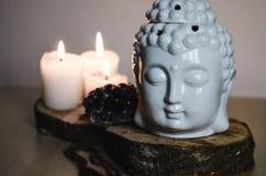 Geestelijk ritueel meditatiegezicht van ametistkaarsen van Boedha op oude houten achtergrond Royalty-vrije Stock Afbeeldingen