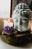 Geestelijk ritueel meditatiegezicht van ametistkaarsen van Boedha op oude houten achtergrond Royalty-vrije Stock Foto