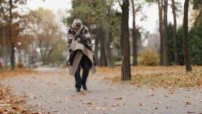 Geestelijk - ziek die mannetje in deken wordt verpakt die in park lopen, gezondheidsproblemen, daklozen stock video