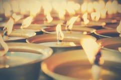 Geestelijke olielampen in tempel - uitstekend effect Royalty-vrije Stock Foto's