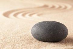Geestelijke steentherapie, zwart basalt om rots royalty-vrije stock foto's