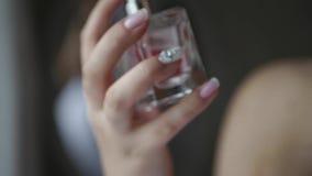 Geesten in handen van het bruidclose-up stock video