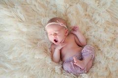Geeuwend Pasgeboren Babymeisje Stock Afbeeldingen