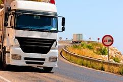 Gefährliche Drehungen und geladene LKWs Stockbild