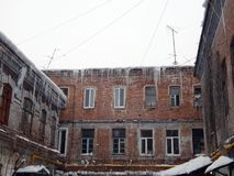 Gefährliche Eiszapfen, die vom Dach von Häusern baumeln stockbild