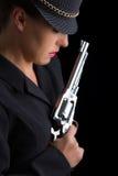 Gefährliche Frau im Schwarzen mit silberner Pistole Lizenzfreies Stockbild