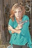 Gefährliche Frau mit Pistole Stockfoto