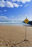 Gefährliche gegenwärtige Warnung für Schwimmer auf Strand Lizenzfreie Stockfotos