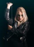 Gefährliche schauende blonde Frau Lizenzfreies Stockfoto