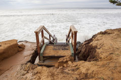 Gefährliche Schritte nach Strandabnutzung Stockfotografie