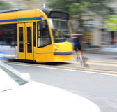 Gefährliche Stadtverkehrssituation mit Radfahrer und Tram Stockfotografie