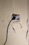 Gefährliche Steckdose auf der Wand mit Feuchtigkeit lizenzfreie stockfotos