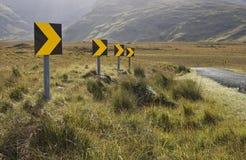 Gefährliche Straßenkurvenzeichen Stockbilder