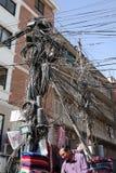 Gefährliche Stromleitung und Verkäufer mit Kaschmir-Gewebe Stockfotos