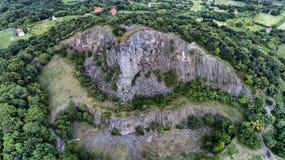 Gefährliche vertikale Steine Gint in einem Hegyestu, Ungarn Schattenbild des kauernden Geschäftsmannes stockfotografie