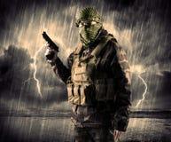 Gefährlicher bewaffneter Terrorist mit Maske und Gewehr in ein Gewitter wi Stockfoto