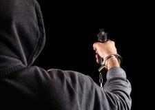 Gefährlicher Gefangenflüchtling mit einem Gewehr Lizenzfreie Stockfotografie