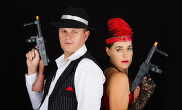 Gefährlicher kerngesunder und Clyde-Gangster mit 1920 Artkleidung stehen Stockbild