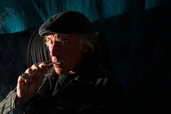 Gefährlicher Mann in der Dunkelheit Stockfotografie