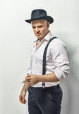 Gefährlicher Mann in der Gangsterkleidung Stockfotografie