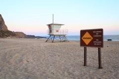 Gefährlicher Strand an der Dämmerung lizenzfreies stockbild