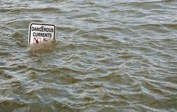 ?Gefährlicher Strom? kennzeichnet innen überschwemmten Fluss Lizenzfreies Stockbild