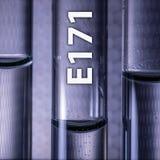 Gefährliches Lebensmittelzusatzstofftitandioxid E171 in einem medizinischen Reagenzglas stockbild