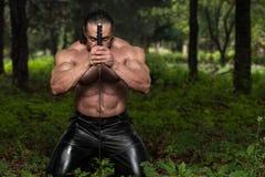 Gefährliches Mann-Porträt mit alter Klinge Lizenzfreie Stockfotos