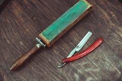 Gefährliches Rasiermesser der Weinlese mit ledernem Bleistiftspitzer Stockbilder