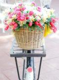 Gefälschte Blume im Korb auf Weinlesefahrrad Stockbild