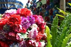 Gefälschte Blume und Blumenhintergrund stockfotos
