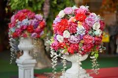 Gefälschte Blume und Blumenhintergrund rosafarbene Blumen gemacht vom Gewebe Das Gewebe blüht Blumenstrauß lizenzfreie stockfotos