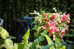 Gefälschte Blume und Blumenhintergrund rosafarbene Blumen gemacht vom Gewebe Das Gewebe blüht Blumenstrauß stockbilder