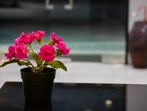 Gefälschte Blumen auf dem Tisch Lizenzfreies Stockfoto