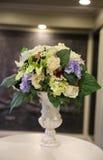 Gefälschte Blumen im Vase Stockbild