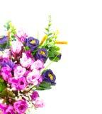Gefälschte Blumenstrauß-Blumen auf weißem Hintergrund Lizenzfreies Stockbild