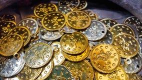 Gefälschte Gold- und Silbermünzenahaufnahme Stockbilder