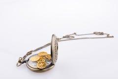 Gefälschte Goldmünzen auf einer Taschenuhr Lizenzfreie Stockfotos